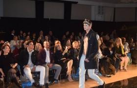 Realizan gran desfile de moda en favor de la igualdad de género en el alto Manhattan.